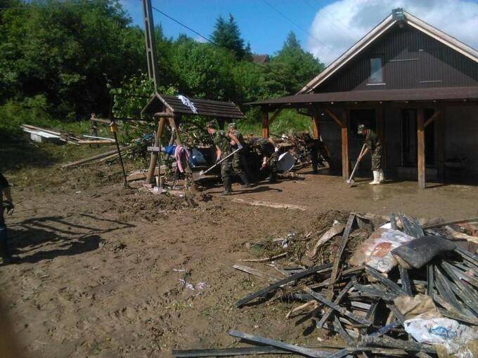militari care intervin la inundatii