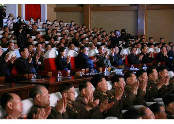 Kim Jong-un la un spectacol, alături de oficialul presupus executat - 5