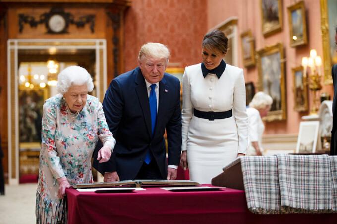 Regina Elisabeta le-a arătat Colecția regală britanică lui Donald și Melania Trump