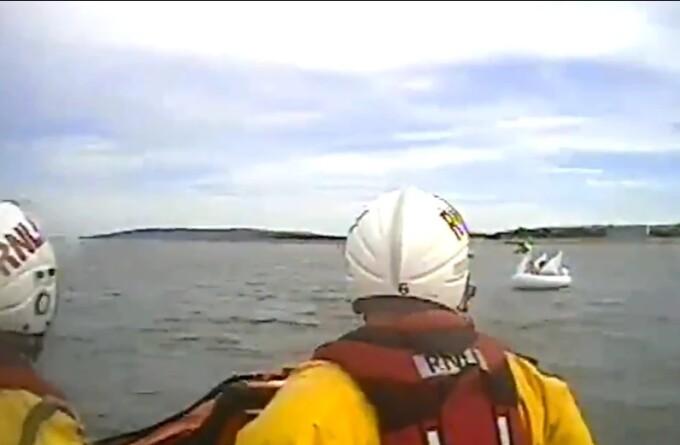 Fetițe ajunse în largul mării pe o lebădă gonflabilă