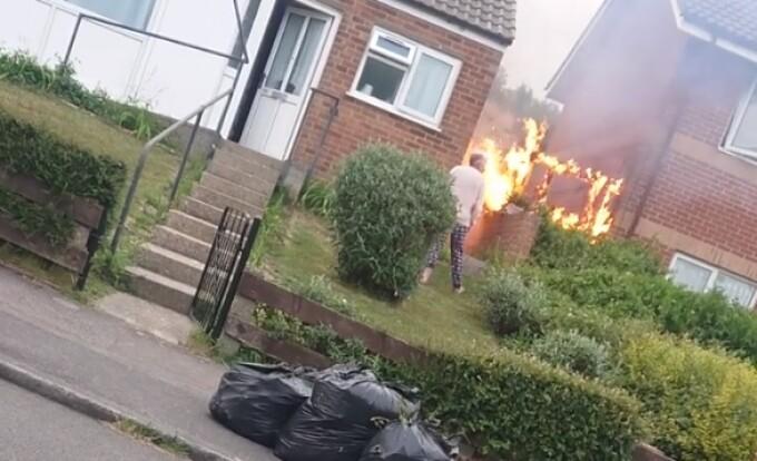 Momentul în care două vecine se ceartă peste gard, în timp ce casele lor iau foc