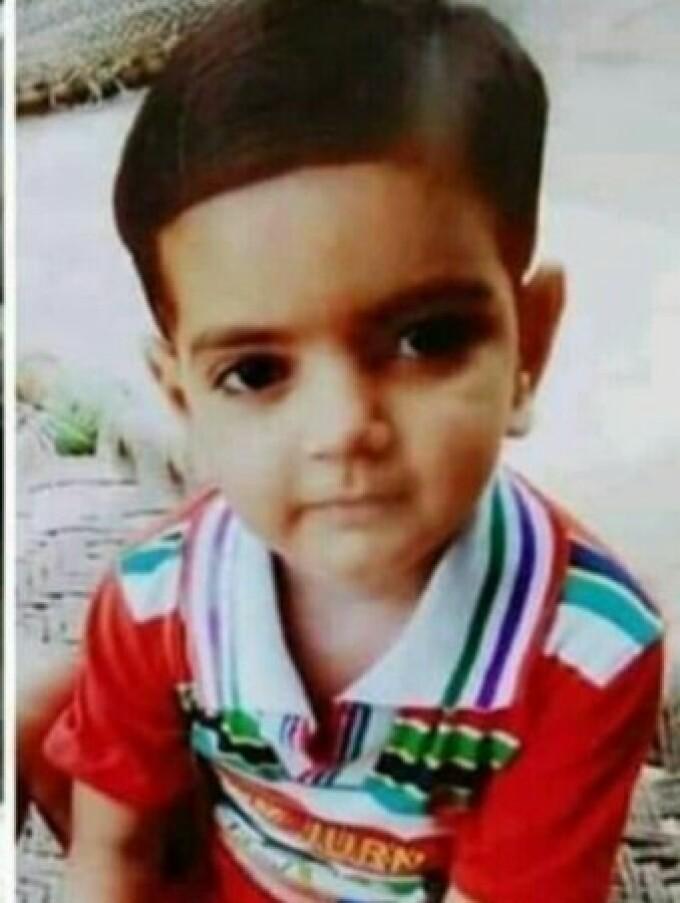 fetiță India
