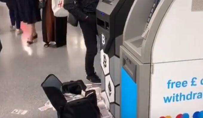 """Momentul în care un bancomat eliberează zeci de bancnote. """"E o geantă mare lângă"""""""