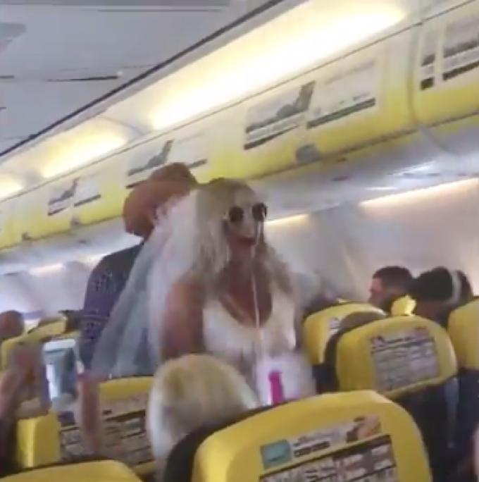 Ipostaza în care a fost surprinsă o viitoare mireasă în avion. Un pasager a filmat totul