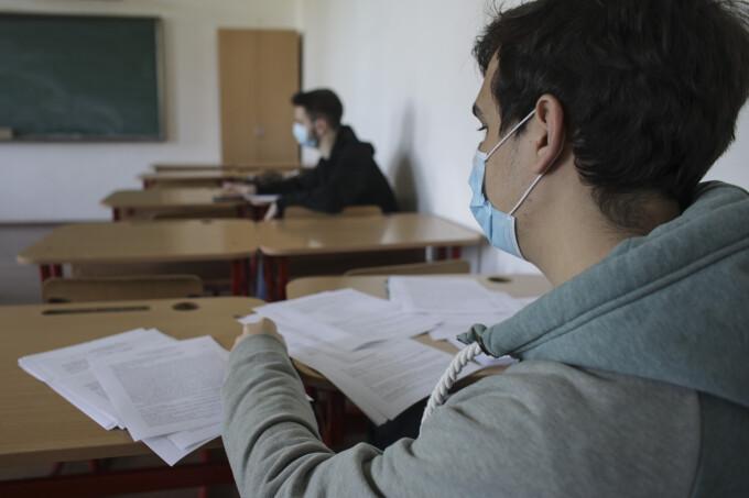 Elevii se pregătesc în licee pentru Bacalaureat sub îndrumarea cadrelor medicale și a profesorilor
