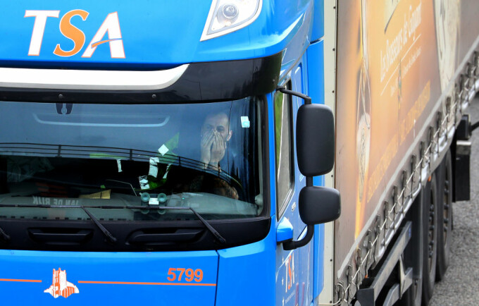 Un șofer român de TIR stă de mai bine de două săptămâni pe marginea unui drum din Franța. Cum s-a ajuns aici