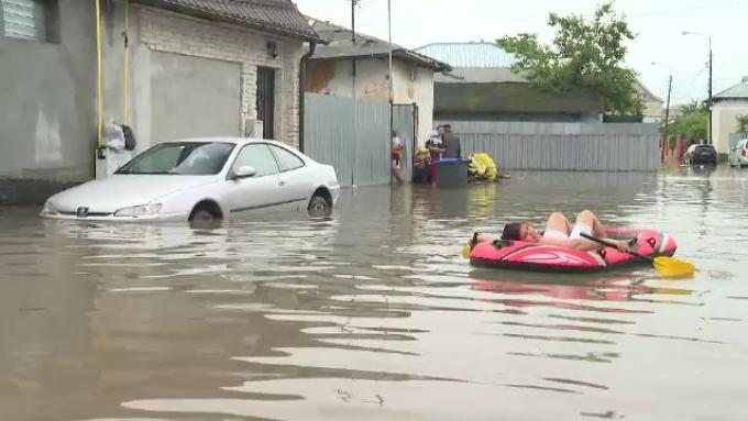 Ciclonul din Marea Neagră aduce inundații în România. În Galați, oamenii au ieșit cu barca pe străzi