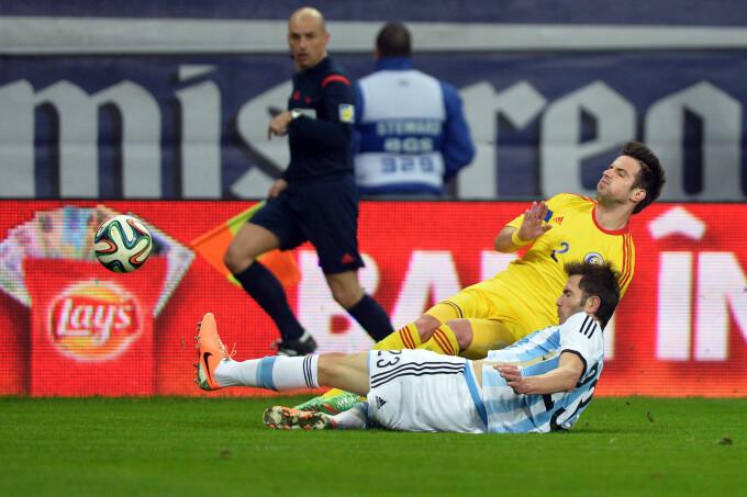Alexandru Matel se lupta pentru balon cu Jose Basanta