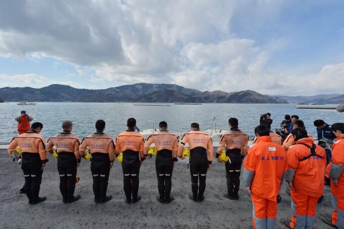 Ofiterii Garzii de Coasta tin un moment de reculegere