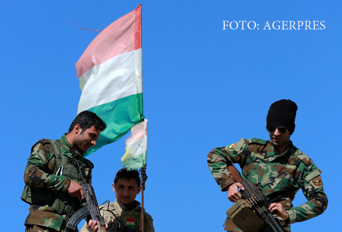 soldati Peshmerga ridicand steagul kurd