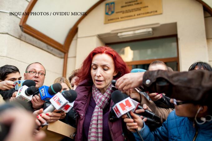 Ingrid Mocanu Popa iese din sediul DNA, in Bucuresti, luni, 16 martie 2015. Fosta vicepresedinta a Autoritatii Nationale pentru Restituirea Proprietatilor, a fost retinuta, luni, de procurorii anticoruptie, pentru abuz în serviciu, legat de retrocedari în