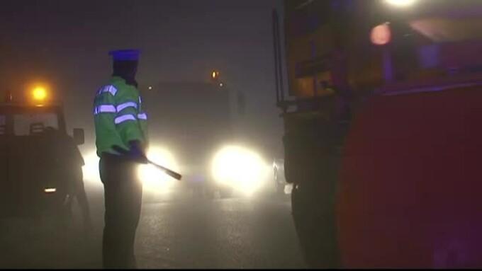 politist dirijand traficul pe autostrada