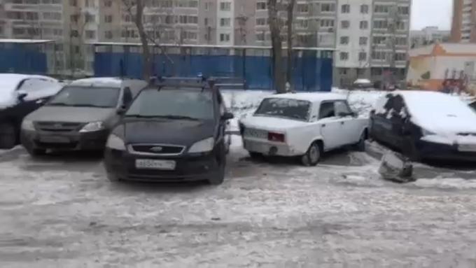 A tăiat maşina vecinului cu flexul ca să aibă loc să intre în parcare