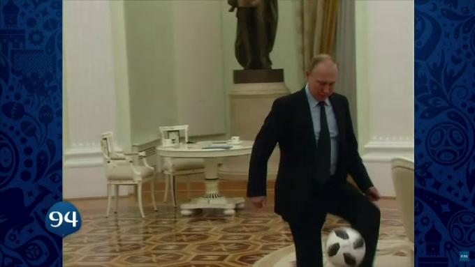 Putin jucand fotbal