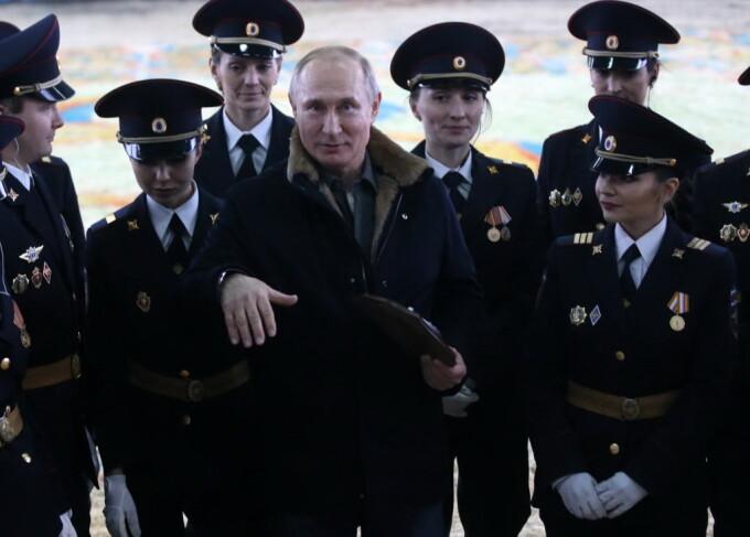 Vladimir Putin participă la o demonstrație, de Ziua Femeii