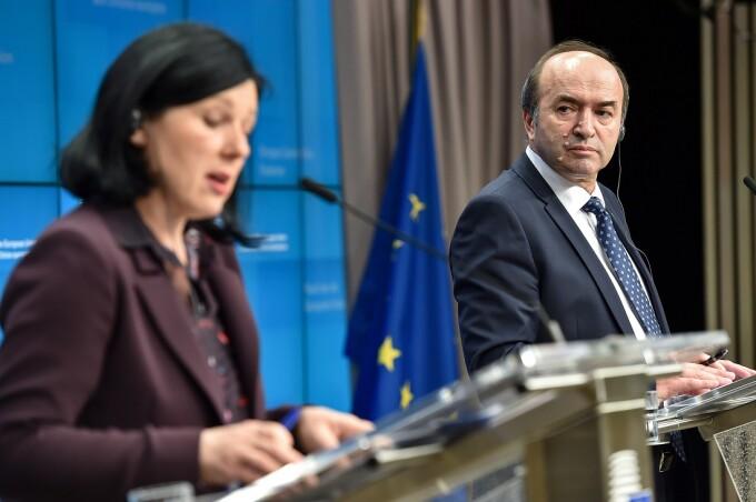 Vera Jourova, comisarul european pentru justitie, protectia consumatorului si egalitate de gen, si Tudorel Toader, ministrul Justitiei, sustin o conferinta comuna de presa