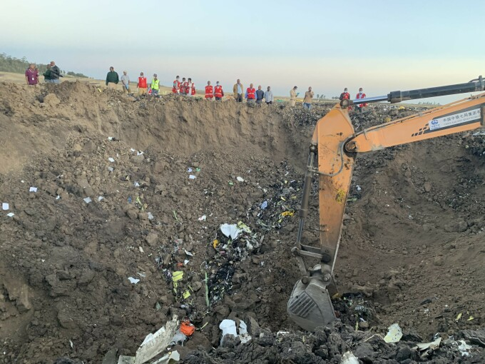 Un crater uriaș s-a format la locul prăbușirii avionului companiei Ethiopia Airlines
