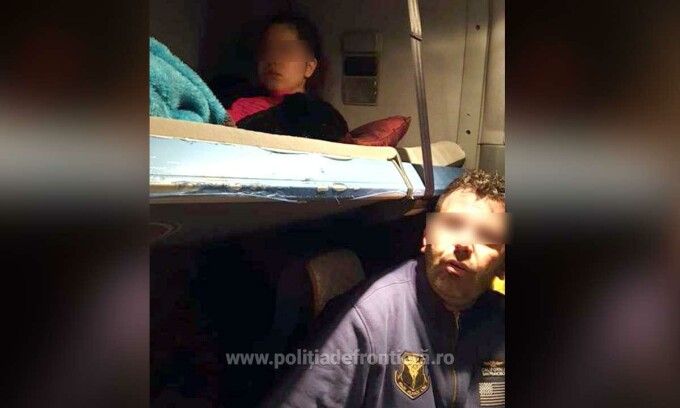 Un şofer de TIR ascundea o fată în cabină