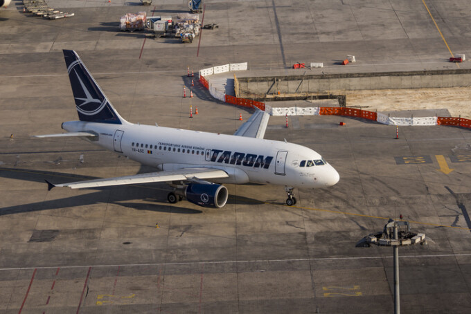 avion Tarom pe aeroport