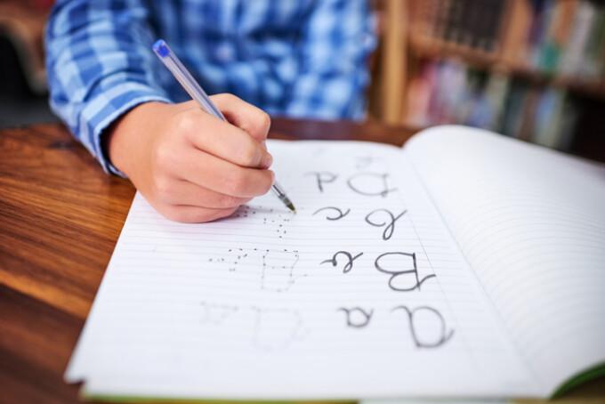 copil care scrie de mana