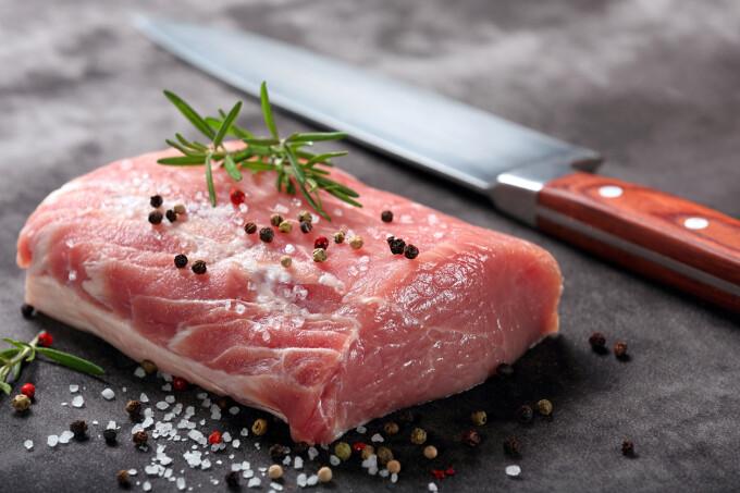 Un tânăr a murit, după ce a mâncat carne de porc