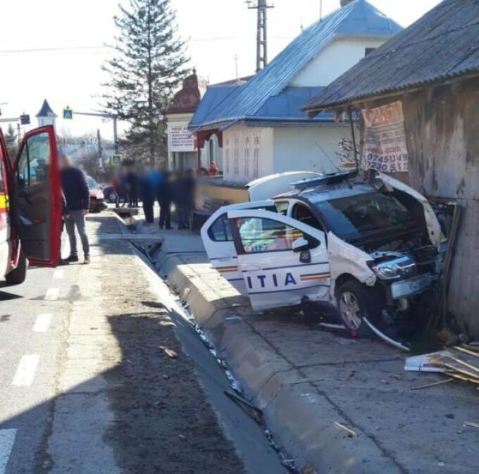 Mașină de poliția aflată în misiune, lovită de un jandarm