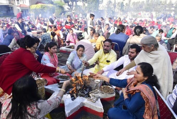 Ce au băut zeci de hinduşi din India pentru a se proteja de noul coronavirus