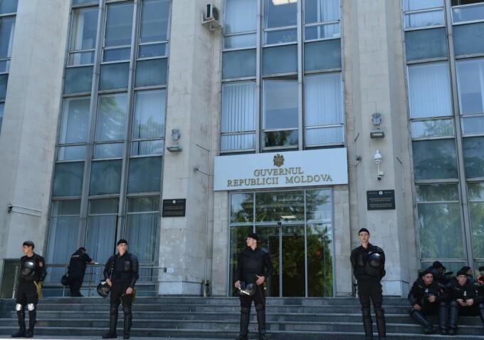 Guvernul a cerut instituirea stării de urgenţă în Republica Moldova