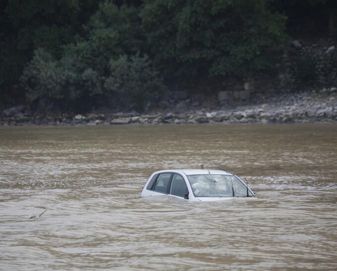 Mașină căzută în râu