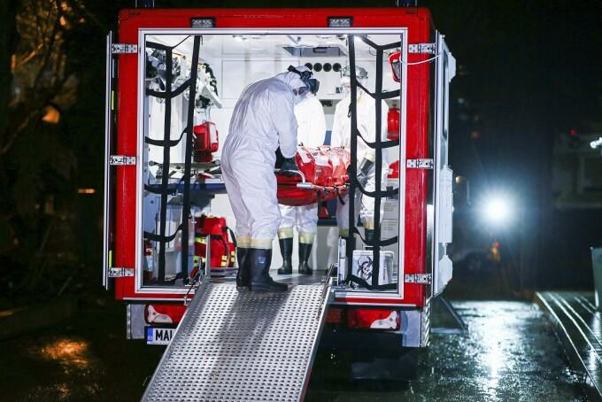 Un pacient din Deva care a fost cofirmat ca fiind infectat cu coronavirus este transportat si internat in carantina la Spitalul de Boli Infectioase Victor Babes din Timisoara