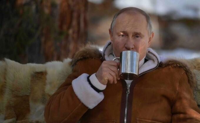 """Vladimir Putin a anunțat că se vaccinează marți. """"Ne întrebăm ce interese apără acești oameni"""""""