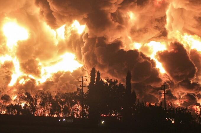 VIDEO. Incendiu de proporții la o rafinărie de petrol. Sute de persoane au fost evacuate
