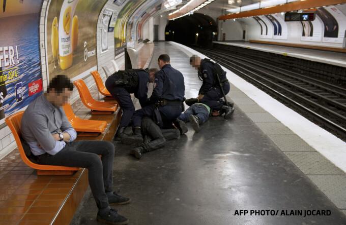 student roman jefuit in metroul din Paris