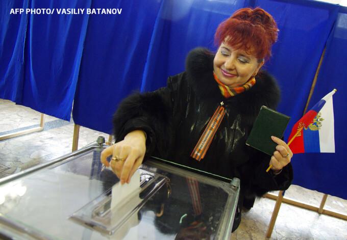 femeie voteaza la referendumul pentru anexarea Crimeei