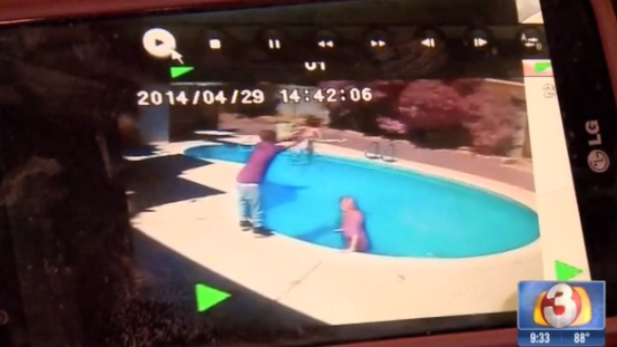 Copil aruncat in piscina