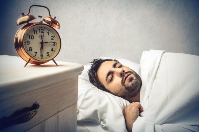 Barbat care doarme - Shutterstock