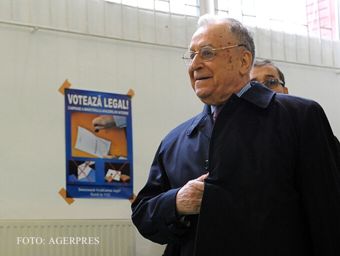 Ion Iliescu in 2014 mergand la Vot FOTO AGERPRES