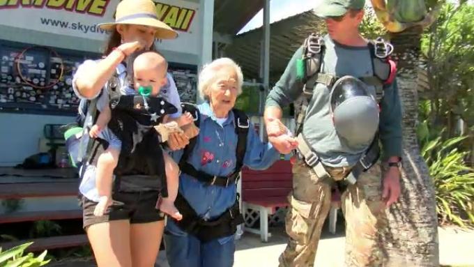 O bunicuță sare cu parașuta la 91 de ani