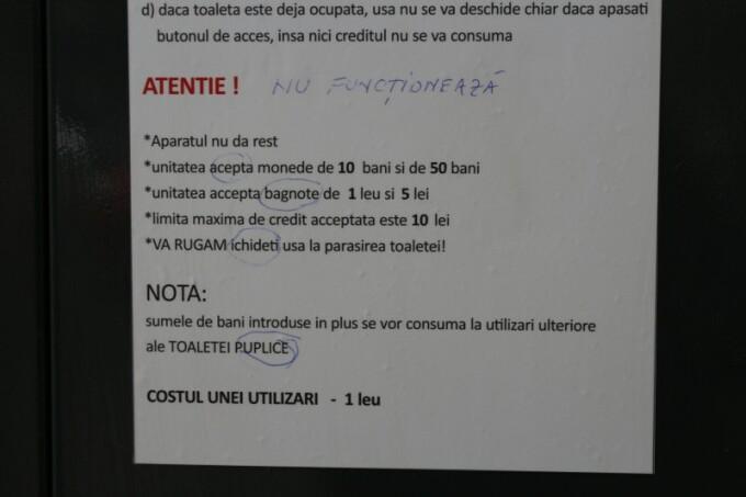 Afișe cu greșeli gramaticale pe toaletele publice instalate la Galați