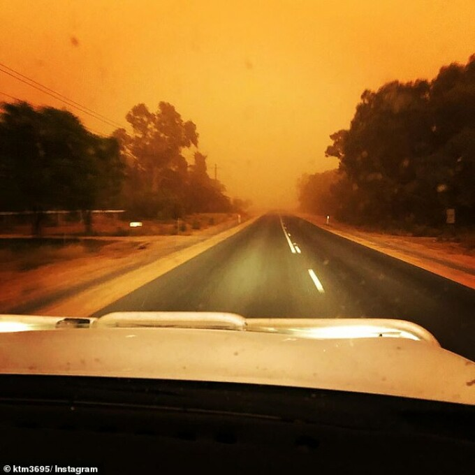 """Momentul în care un șofer intră în """"inima"""" unei furtuni de nisip"""