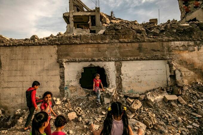 copii jucandu-se in Raqqa, capitala statului islamic