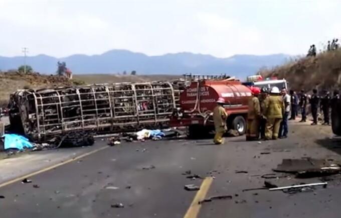 Camion cu pelerini ars complet în Mexic - 1