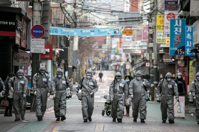 """Viața de după restricții nu va fi o întoarcere la """"normal"""". Cazul Coreei de Sud și al Germaniei"""