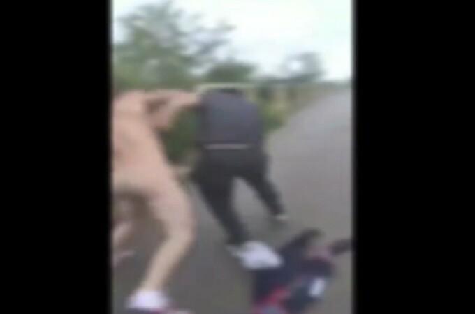 Tânăr reținut după ce umbla dezbrăcat pe stradă unde agresa trecatori