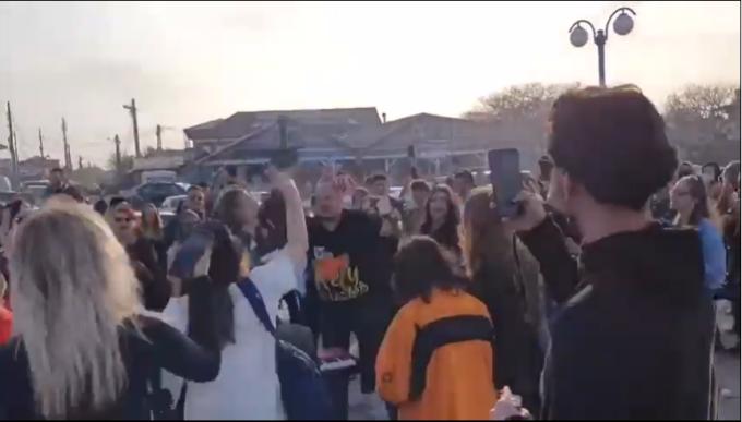 Petrecere ca-n vremurile bune, pe plaja din Vama Veche. Zeci de tineri cântă și dansează, fără mască VIDEO