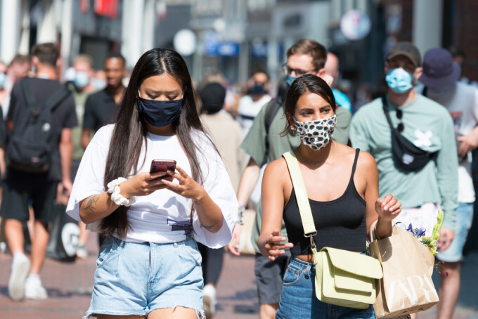 pandemie, oameni cu masca