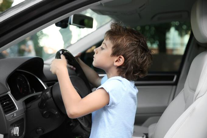 Un băieţel de 3 ani din Germania a luat mașina părinților și a condus, până a lovit un semn de circulație