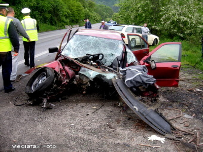 Accident, masina intrata sub un TIR