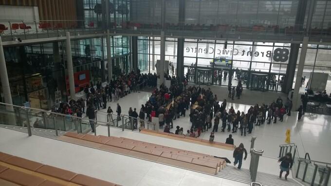 Romani care asteapta sa voteze in Londra