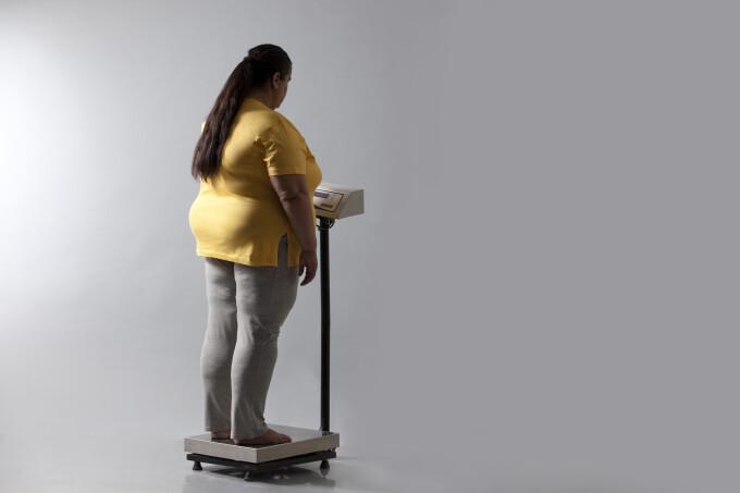 pierde jumătate din greutatea corporală)